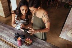 Frauenlebensmittel Bloggers, die Fotos von Nahrungsmittel machen Stockfoto