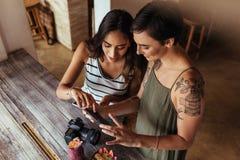 Frauenlebensmittel Bloggers, die Fotos von Nahrungsmittel machen Stockbild