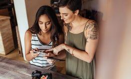 Frauenlebensmittel Bloggers, die Fotos von Nahrungsmittel machen Lizenzfreie Stockfotos