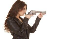Frauenlederjacke-Gewehrpunkt lizenzfreie stockfotografie