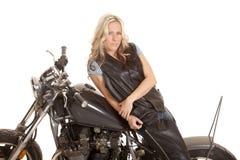 Frauenlederlage-Seitenmotorrad lizenzfreie stockbilder