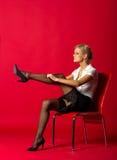 Frauenlehrer, der Strümpfe behebt stockfoto
