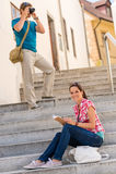 Frauenlesebuch auf dem Treppemannfotografieren Lizenzfreies Stockbild