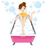 Frauenlesebuch in der Badewanne Stockbilder