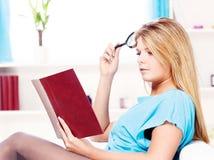 Frauenlesebuch zu Hause Stockbilder
