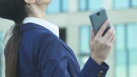 Frauenlesegute nachrichten vom Telefon, extrem glücklich über erfolgreiches Abkommen stock footage