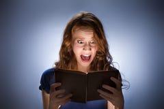 Frauenlesehorrorbuch nad Lizenzfreies Stockfoto