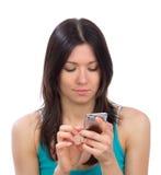 Frauenleseschreibenc$simsen, SMS-Textnachrichtmobile sendend Stockfoto