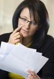 Frauenlesestapel der Rechnungen Stockbild