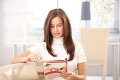 Frauenlesezeitschrift zu Hause Stockbild