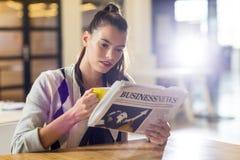 Frauenlesezeitung im Büro Stockfotografie