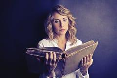Frauenlesung Lizenzfreie Stockfotos