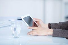 Frauenlesung von einer Tablette Stockfoto