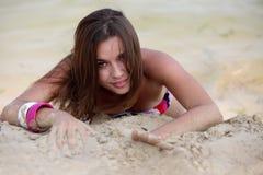 Frauenlüge auf dem Strand Stockfotos
