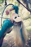 Frauenluftbandtanz im Wald mit Maske auf Gesicht Lizenzfreie Stockbilder