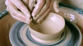 Frauenmädchen ihre Hände betiteln Wandkrug, sculpts aus Lehm auf Kreis heraus stock footage