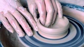 Frauenmädchen ihre Hände betiteln Wandkrug, sculpts aus Lehm auf Kreis heraus stock video footage