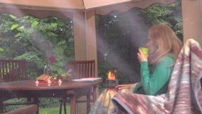 Frauenmädchen sitzen nahe Tabelle mit brennenden Kerzen und trinken Alkohol stock video footage