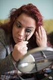 Frauenmake-up zu Hause Stockfotografie