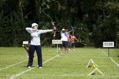 Frauenmannschaft-Bogenschießen-Tätigkeit Stockfoto