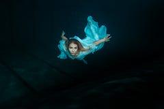 Frauenmeerjungfrau unter Wasser Stockfotografie