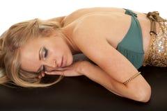Frauenmeerjungfraulage auf Handschlaf Stockfoto