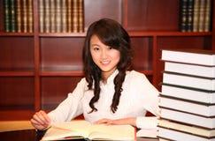 Frauenmesswert in der Bibliothek Lizenzfreie Stockfotos