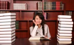 Frauenmesswert in der Bibliothek Stockbild