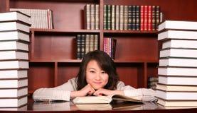 Frauenmesswert in der Bibliothek Lizenzfreies Stockfoto