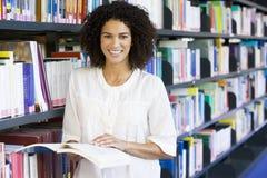 Frauenmesswert in einer Bibliothek Lizenzfreie Stockfotos