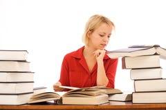 Frauenmesswert mit großen Büchern lizenzfreies stockfoto