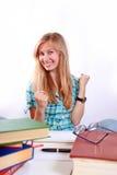 Frauenmesswert studieren ihr Buch Lizenzfreie Stockfotos