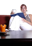 Frauenmesswert und trinkender Tee stockfoto