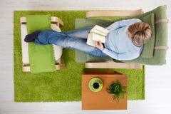 Frauenmesswert zu Hause Lizenzfreie Stockbilder
