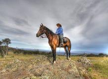 Frauenmitfahrer auf einem Berg lizenzfreie stockfotos