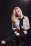 Frauenmode-modell-Aufstellung des jungen Mädchens Stockfoto