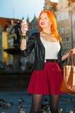 Frauenmodemädchen mit dem Smartphone im Freien Stockfoto
