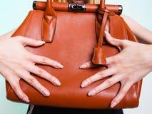 Frauenmodemädchen, das braune Handtasche hält Lizenzfreie Stockbilder