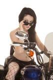 Frauenmotorradfisch-Netzblick über Gläsern stockfotos