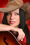 Frauenmusiker mit Akustikgitarre lizenzfreie stockbilder