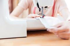 Frauennäherin näht Kleidung und setzte Thread in Nadel ein stockfotografie