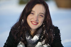 Frauennahaufnahmeportrait im Winter Stockfoto
