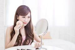 Frauennehmen-Make-upbaumwolle Stockbild