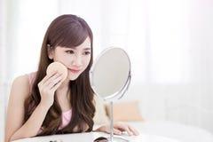 Frauennehmen-Make-upbaumwolle Lizenzfreies Stockfoto