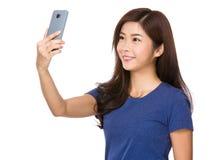 Frauennehmen selfie durch die Anwendung des Handys Lizenzfreies Stockbild