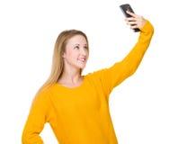 Frauennehmen selfie durch die Anwendung des Handys Stockbilder