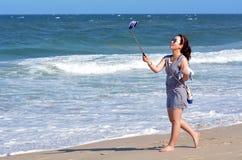 Frauennehmen selfie Foto Lizenzfreies Stockfoto
