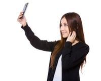 Frauennehmen selfie mit Mobiltelefon Lizenzfreies Stockbild