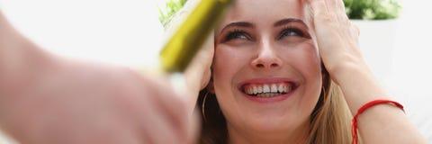 Frauennehmenflasche der ungesunden Lebensart des Weins Lizenzfreie Stockbilder