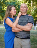 Frauennoten-Manngesicht, aufwerfendes glückliches Paar, romantisches Leutekonzept, Sommersaison, Gefühl und Glauben Stockfoto